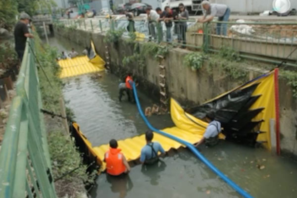 Water-Gate © installation in a canal with two head-to-tail cofferdams. Drying of the intermediate section by Grundfos pumping.