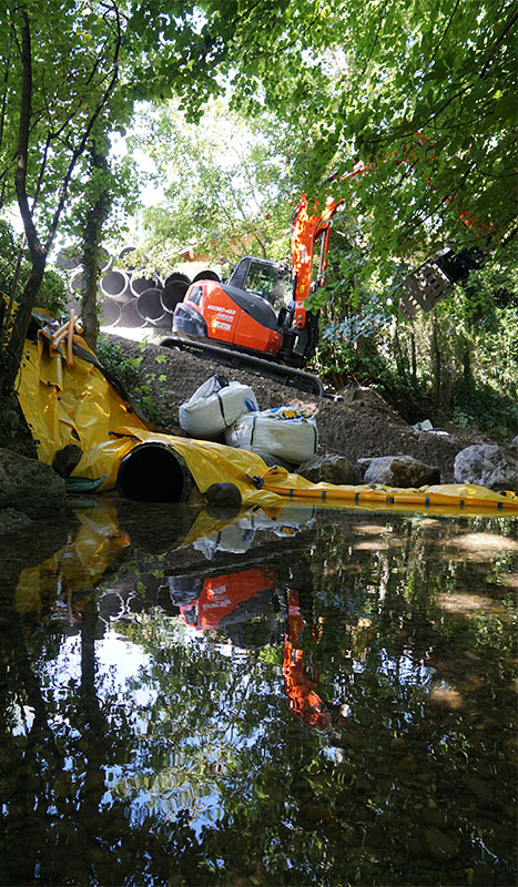 Construction of an access track protected by a flexible Water-Gate © cofferdam